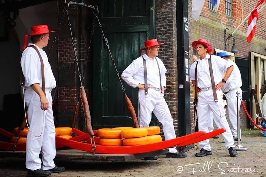 Alkmaar cheese bearers at the weighing scale