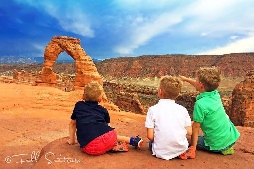 Hiking to Delicate Arch with kids. Our experience in summer with temperatures of 100F. Find out!