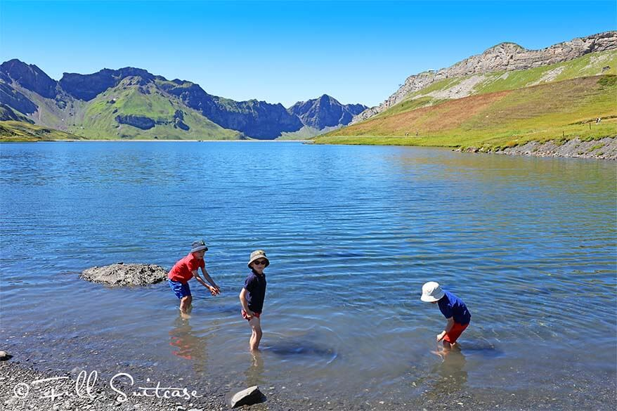 kids toe dipping in Tannensee Switzerland