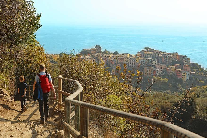 Family hiking Cinque Terre trail from Vernazza to Corniglia