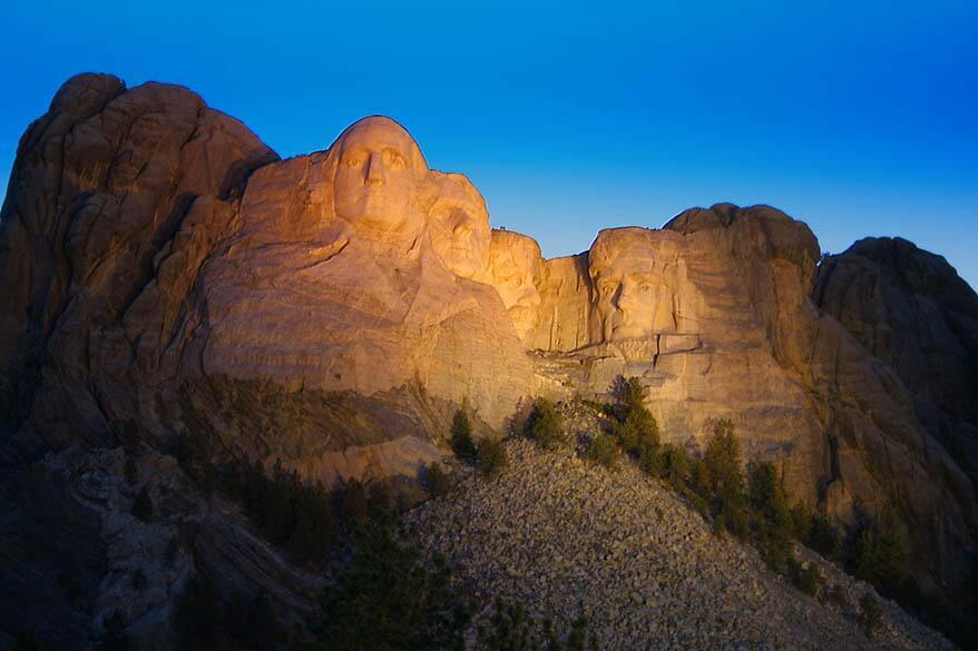 Mount Rushmore lit up in the dark