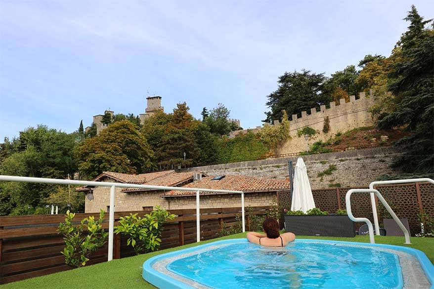 Hot tub at Grand Hotel San Marino with a view of the castle
