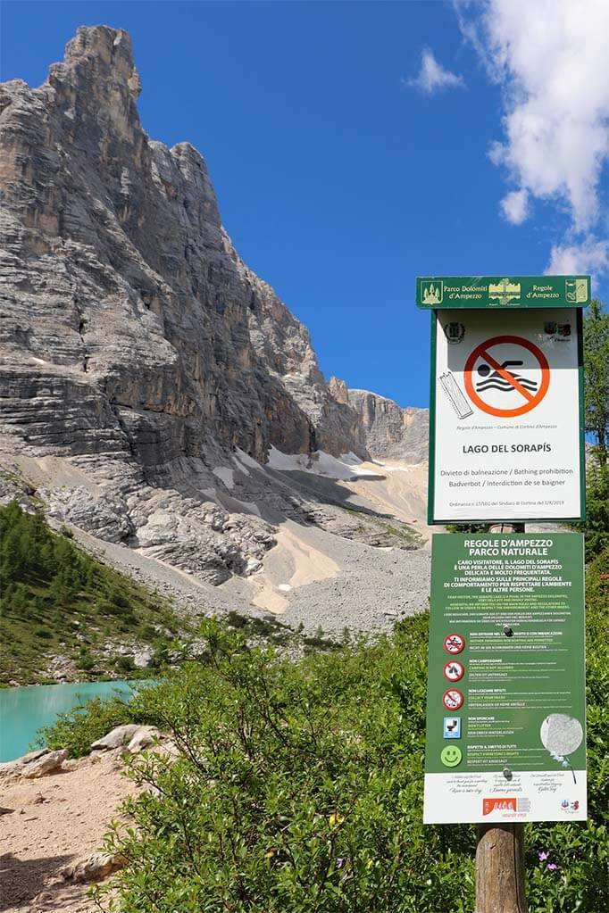 A sign indicating that's it's forbidden to swim or camp at Lake Sorapis