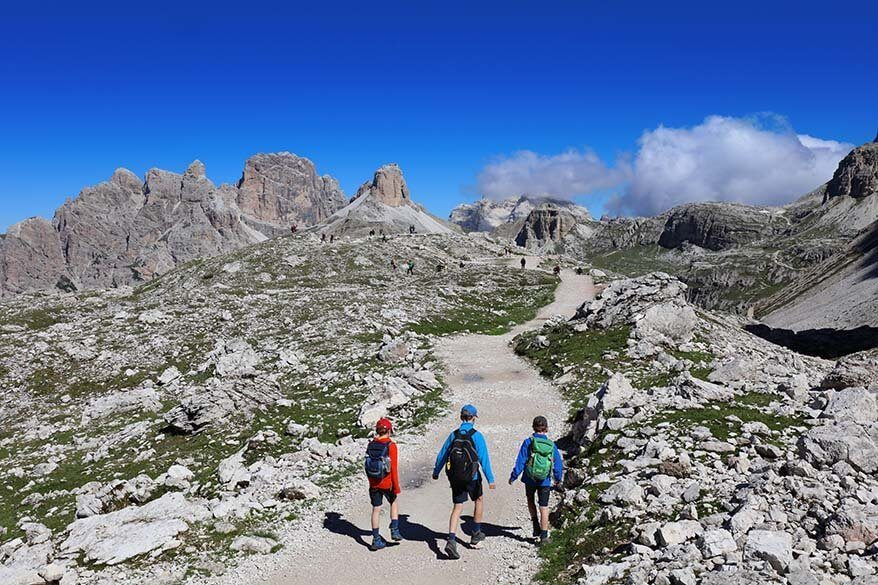 Hiking trail between Forcella Lavaredo and Rifugio Locatelli