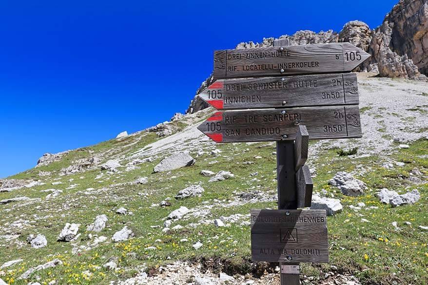 Hiking trail signs pointing to trail 105 in the direction of Rifugio Tre Scarperi (Dreischusterhütte)