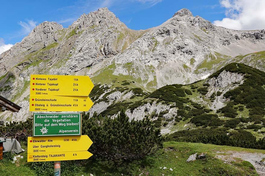 Signs for hiking from Coburger Hut to Ehrwalder Almbahn via Tajatörl