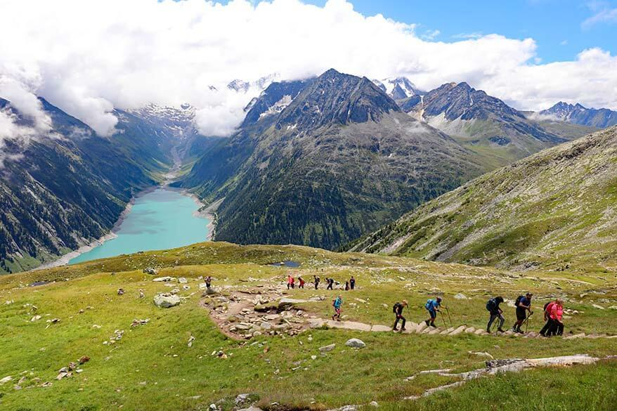 Big groups of hikers on the Olpererhütte hiking trail