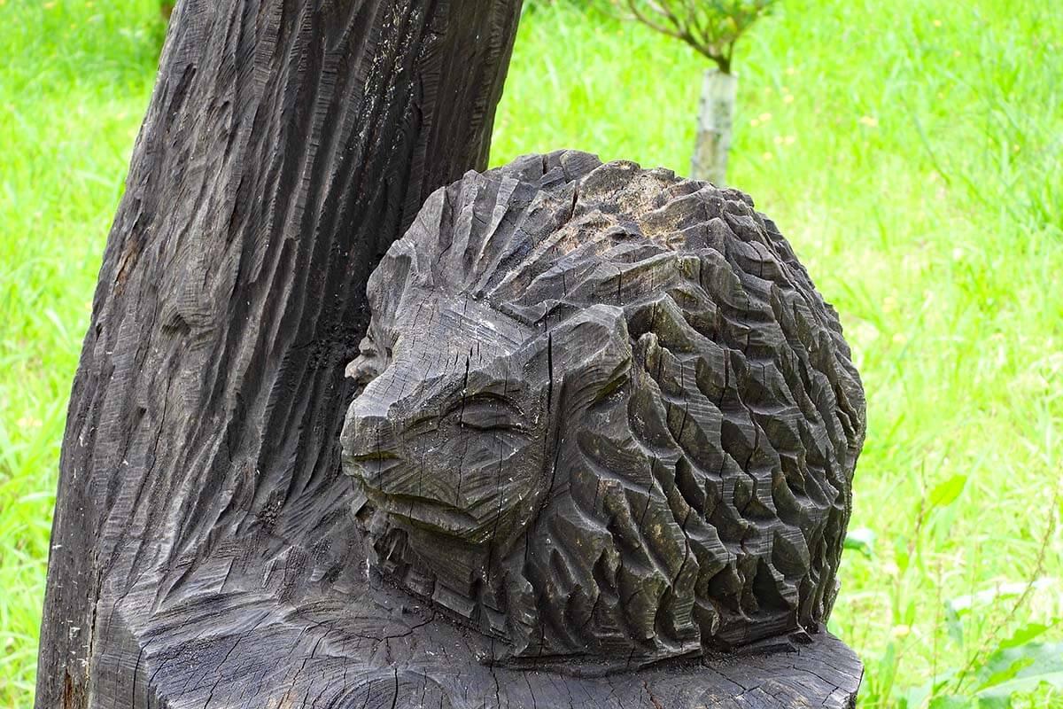 Wooden sculpture at Balouco da Lagoa das Furnas