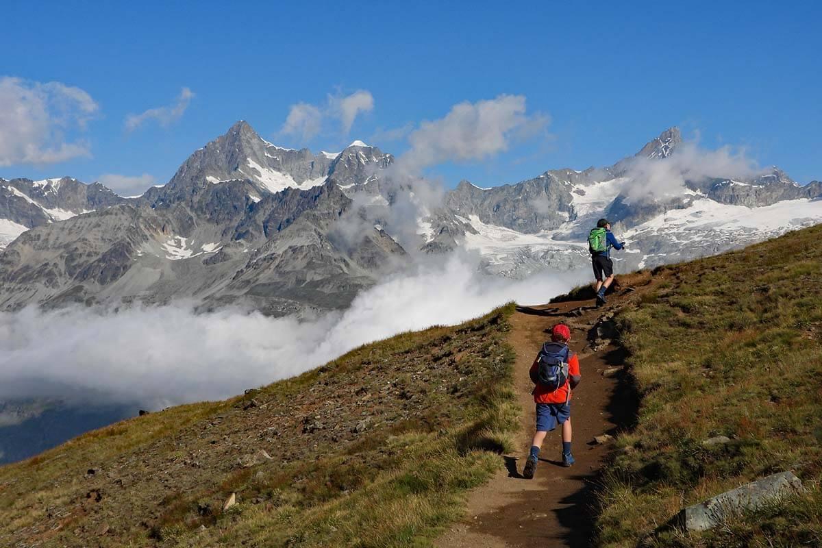 Kids hiking between Riffelsee and Riffelberg in Zermatt